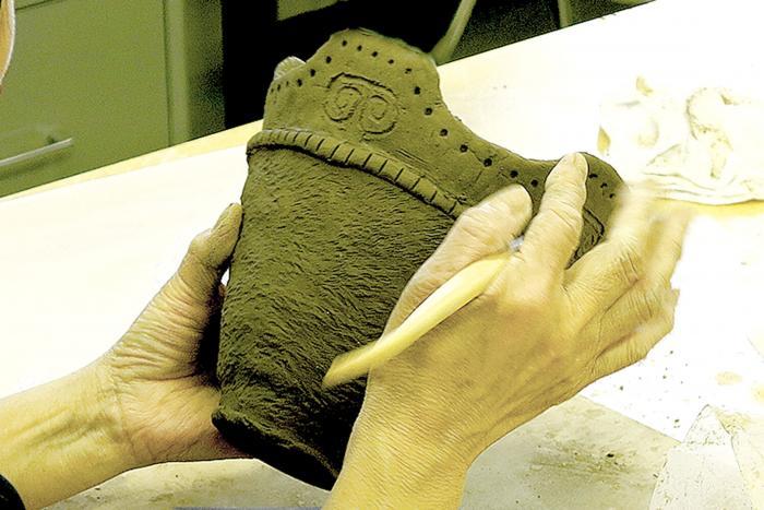 The making of earthenware vessel